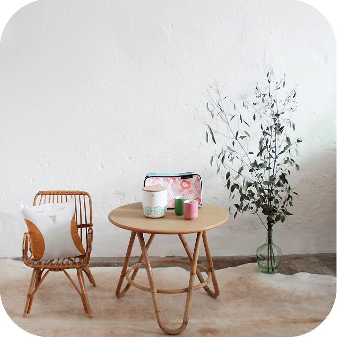 mobilier vintage table basse tripode rotin ann es 50. Black Bedroom Furniture Sets. Home Design Ideas
