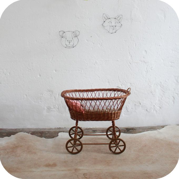 charmant berceau de poup e en osier des ann es 60 roulettes d 39 origine parure de lit aux motifs. Black Bedroom Furniture Sets. Home Design Ideas