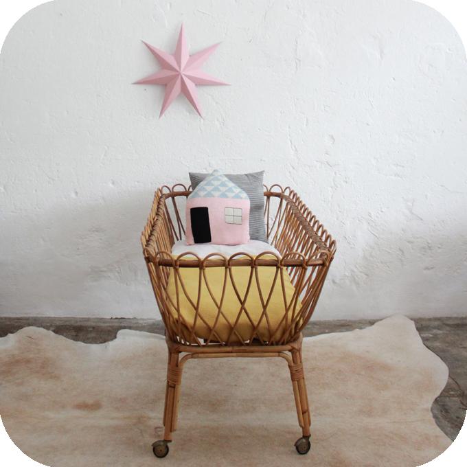 d493 mobilier vintage lit berceau rotin vintage c atelier du petit parc. Black Bedroom Furniture Sets. Home Design Ideas