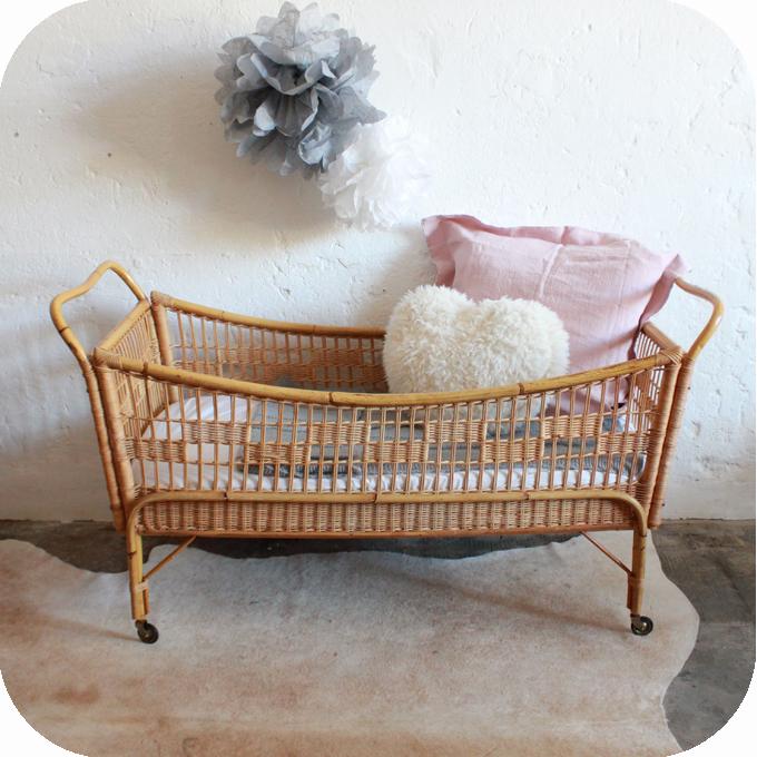 s lection de lits vintage r nov s et vendus par l 39 atelier. Black Bedroom Furniture Sets. Home Design Ideas