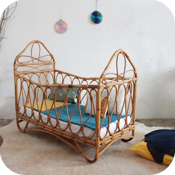 d257 mobilier vintage lit bebe rotin b atelier du petit parc. Black Bedroom Furniture Sets. Home Design Ideas