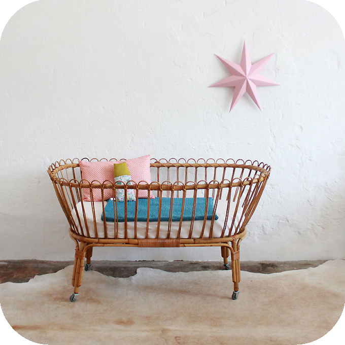 D417_mobilier-vintage-berceau-rotin-lit-bebe-vintage-rotin-a