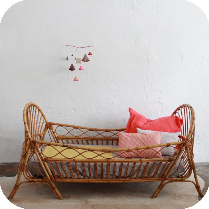 D457_mobilier-vintage-lit-rotin-vintage-corbeille-enfant-a
