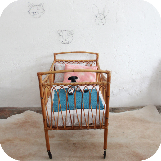 d345 mobilier vintage lit bebe rotin vintage c atelier du petit parc. Black Bedroom Furniture Sets. Home Design Ideas