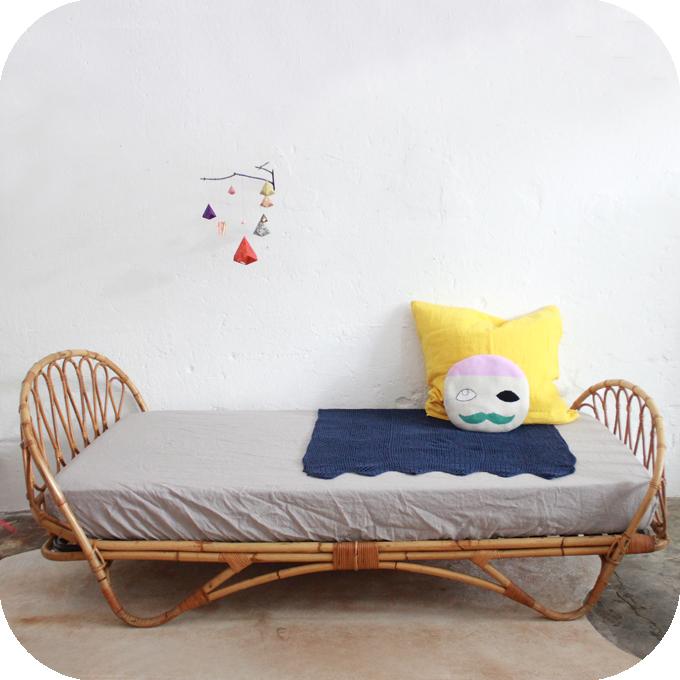 D495_mobilier-vintage-lit-rotin-vintage-corbeille-a