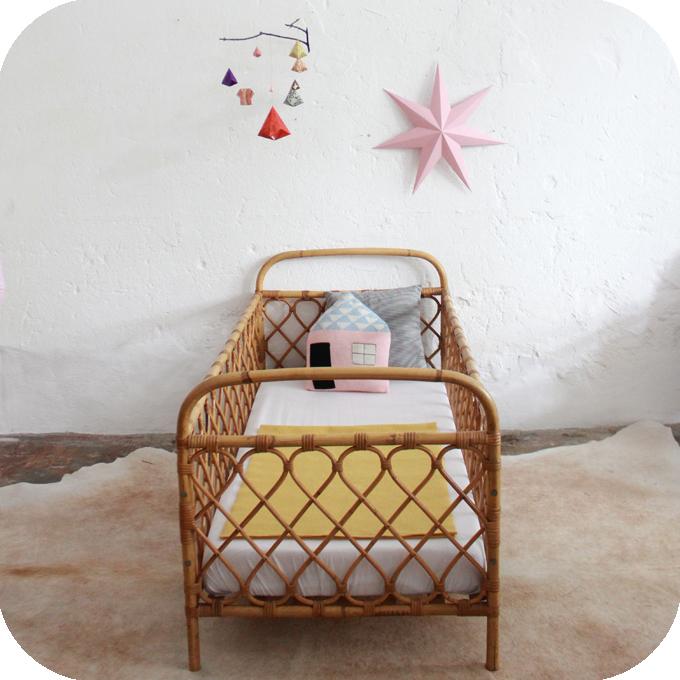 d498 mobilier vintage lit bebe rotin vintage c atelier du petit parc. Black Bedroom Furniture Sets. Home Design Ideas