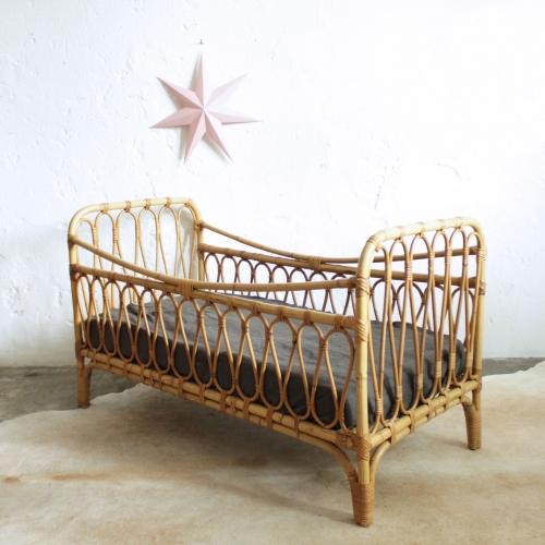 lit enfant rotin vintage ann es 50 atelier du petit parc. Black Bedroom Furniture Sets. Home Design Ideas