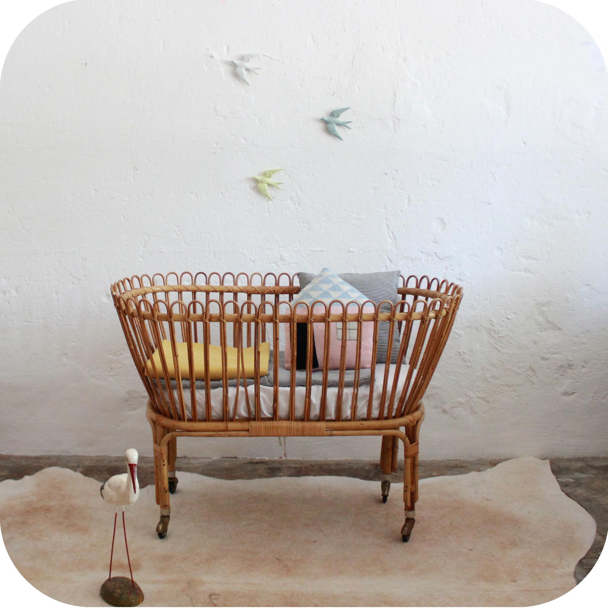D539_mobilier-vintage-lit-bébé-rétro-vintage-rotin-a