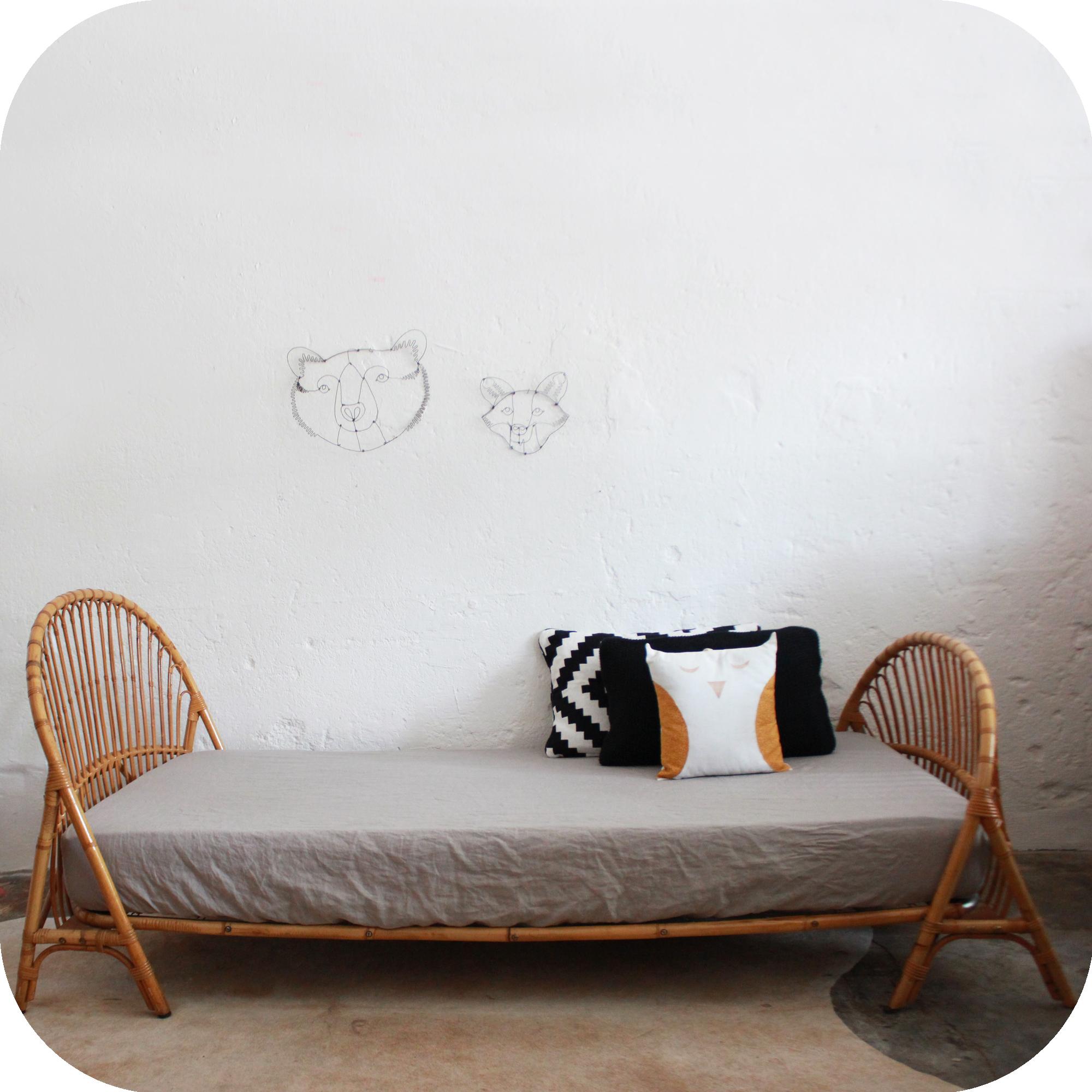 D551_mobilier-vintage-lit-vintage-rotin-corbeille-a