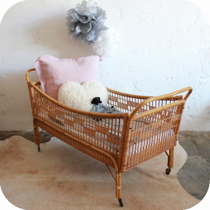 d645 lit bebe rotin vintage b atelier du petit parc. Black Bedroom Furniture Sets. Home Design Ideas