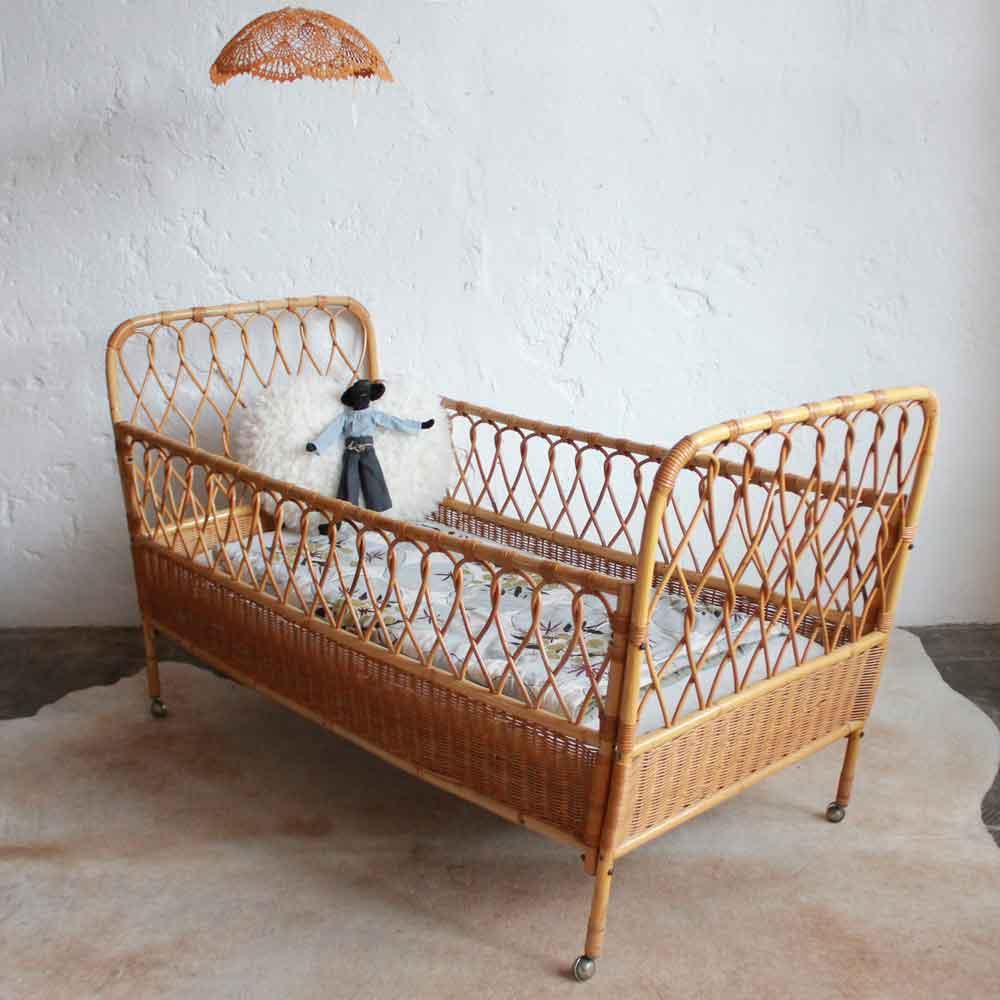 lit bebe rotin vintage ancien e681 b atelier du petit parc. Black Bedroom Furniture Sets. Home Design Ideas
