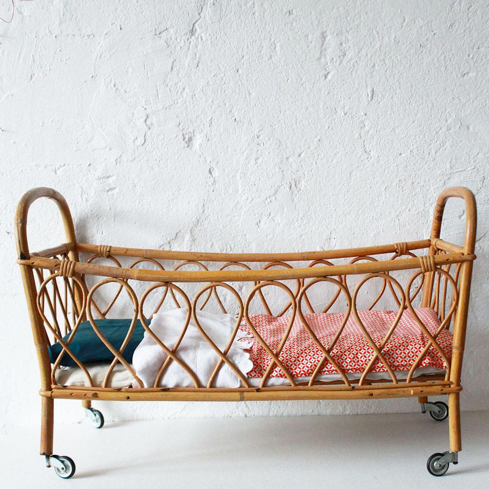 lit poup e en rotin vintage atelier du petit parc. Black Bedroom Furniture Sets. Home Design Ideas