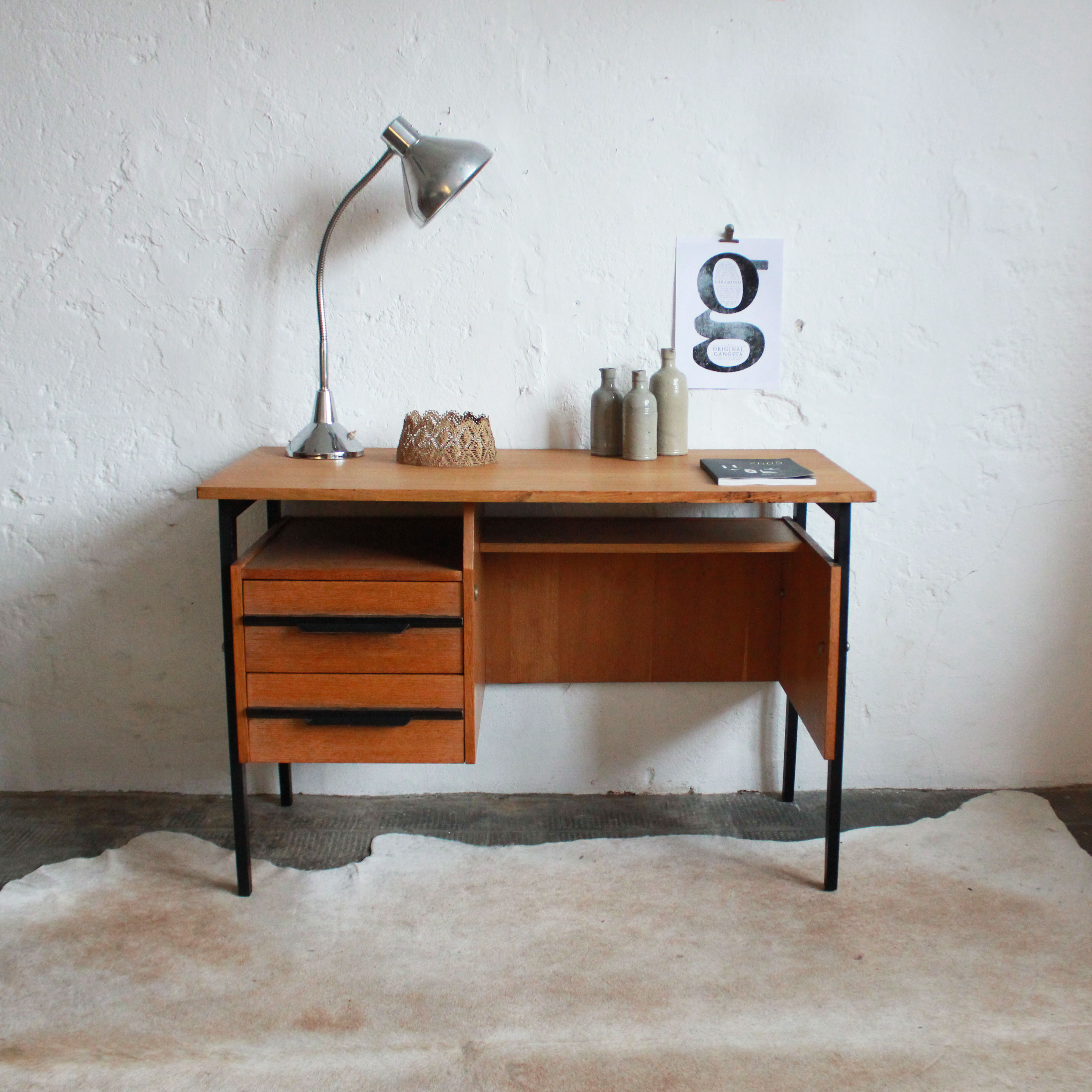 s lection de bureaux vintage r nov s et vendus par l. Black Bedroom Furniture Sets. Home Design Ideas