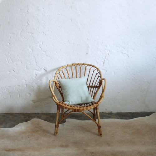 Fauteuil-rotin-vintage-accoudoirs-boucles-F594_a