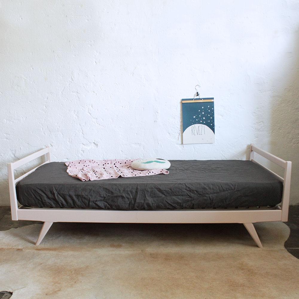 Lit daybed bois vintage atelier du petit parc - Customiser un lit en bois ...
