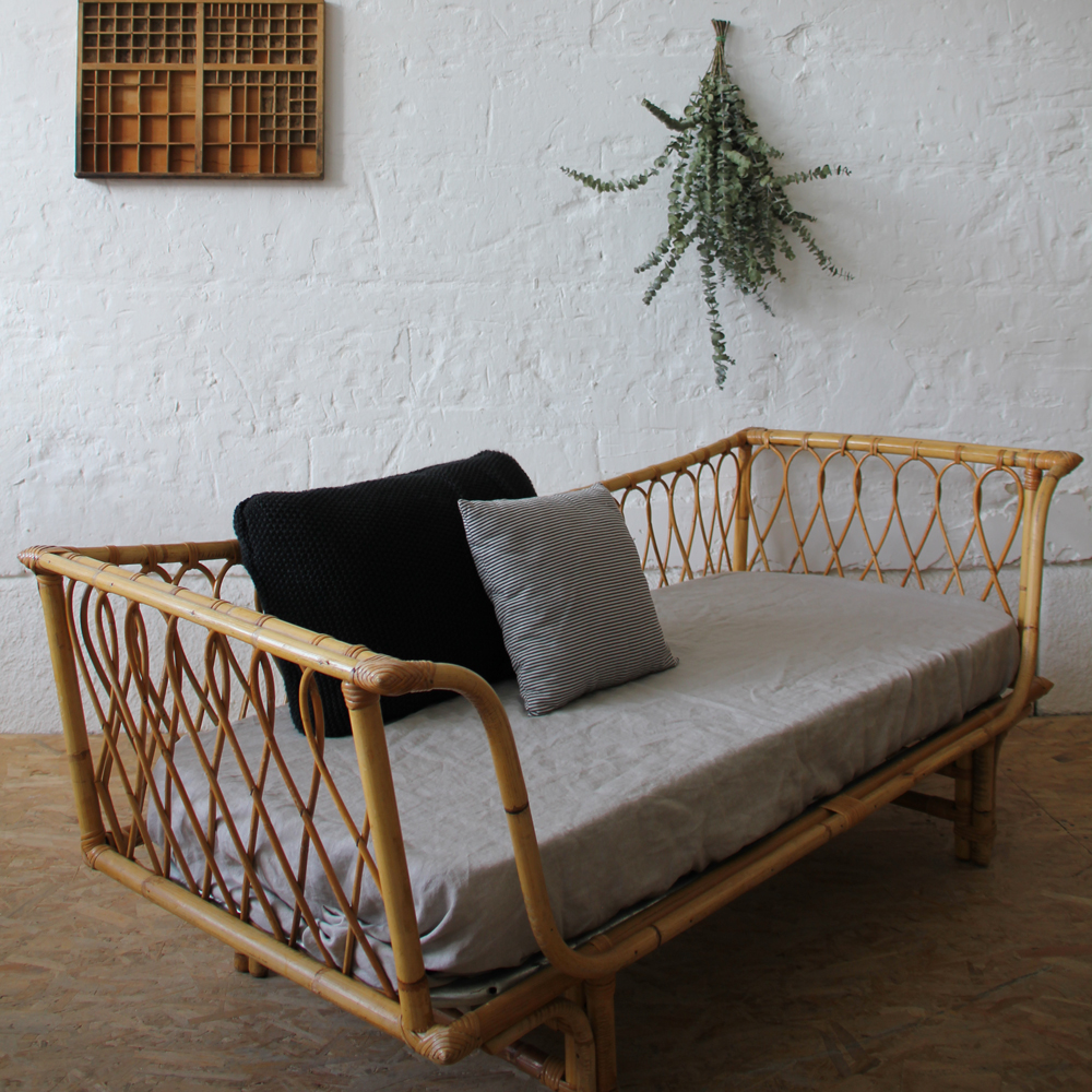 banquette lit rotin day bed vintage atelier du petit parc. Black Bedroom Furniture Sets. Home Design Ideas