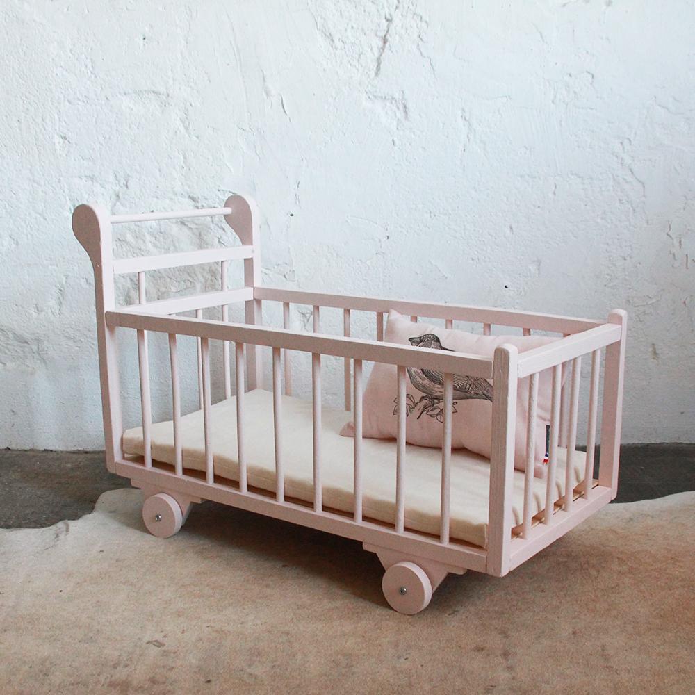 lit poup e bois vintage rose atelier du petit parc. Black Bedroom Furniture Sets. Home Design Ideas